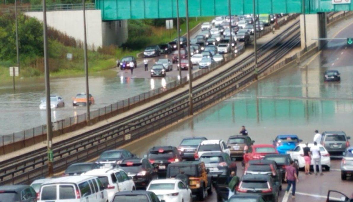 Utrudnienia w komunikacji lotniczej i drogowej z powodu opadów deszczu