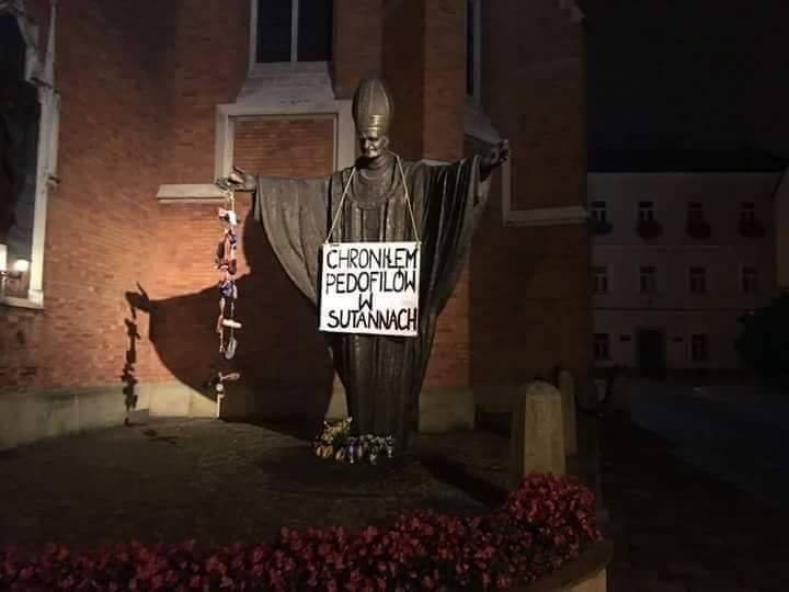 """Tarnów: Sprofanowali pomnik Jana Pawła II. """"Chroniłem pedofilów w sutannach"""""""
