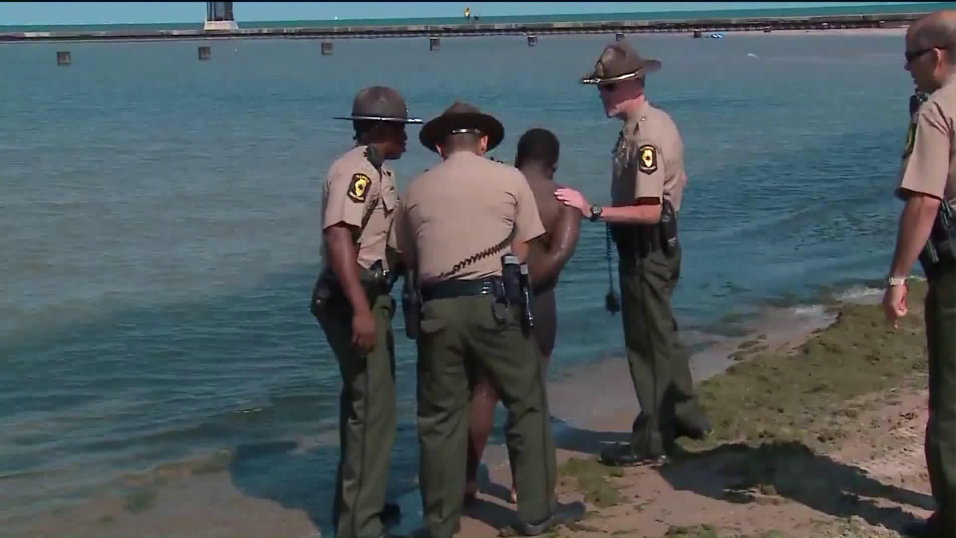 Sprawca napadu rabunkowego wskoczył do jeziora Michigan