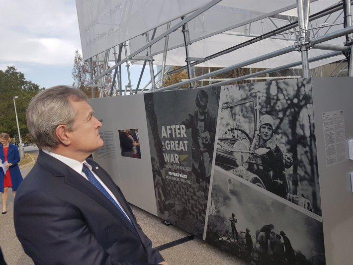 """""""Po wielkiej wojnie. Nowa Europa 1918-23"""". Minister Gliński otworzył w Pradze plenerową wystawę"""