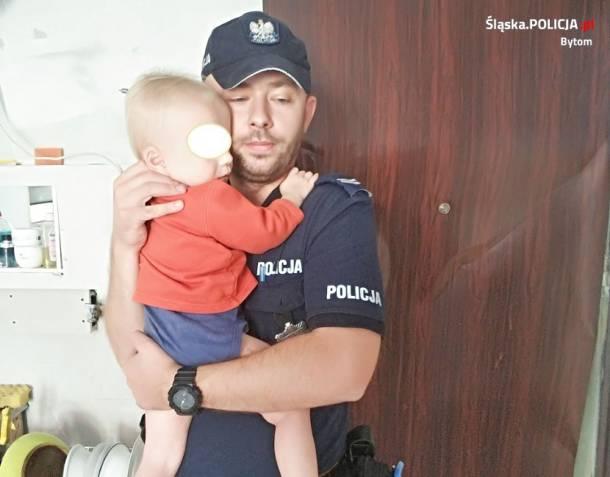 Bytom: Policjant wyważył drzwi i uratował 1,5 rocznego chłopczyka