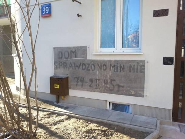 Rozminowywanie Warszawy. Zabezpieczono historyczny napis na murze kamienicy na Białobrzeskiej 39