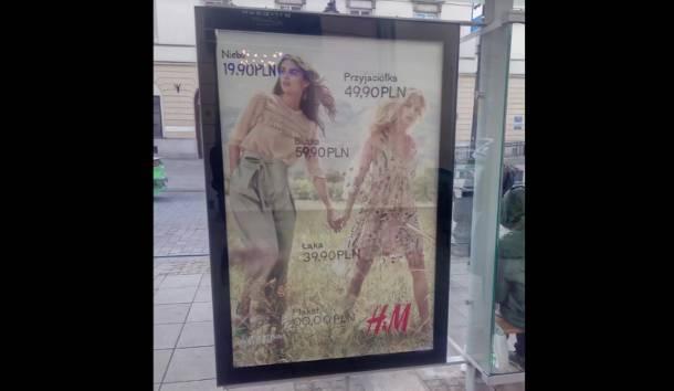 Podmieniają reklamy na przystankach. Wielka akcja anarchistów w Warszawie