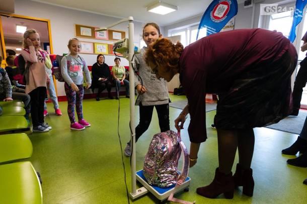 Dzieci noszą za ciężkie tornistry. Sanepid alarmuje