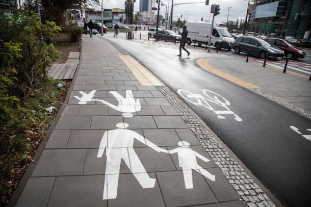 W Warszawie powstał chodnik, który oczyszcza powietrze ze spalin