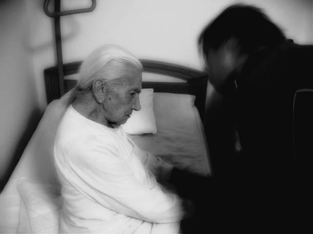 Gniezno: Opiekunka z MOPS-u biła i znęcała się nad starszą, schorowaną kobietą (VIDEO)
