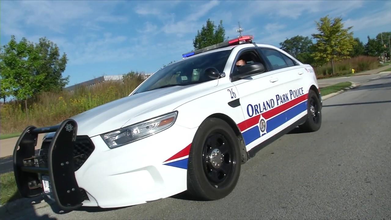 Policja poszukuje mężczyzny, który ukradł 2 samochody i potrącił robotnika drogowego oraz policjanta