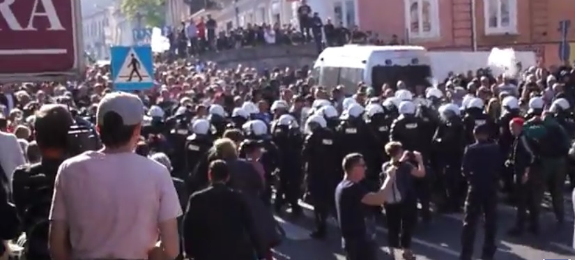 Policja użyła armatek wodnych i granatów hukowych w trakcie marszu równości w Lublinie
