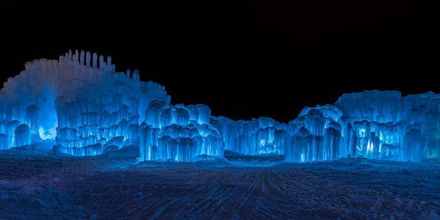 Pogoda utrudnia budowę lodowego zamku w Lake Geneva