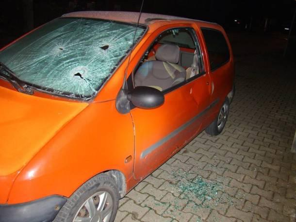 Tarnów: Ojciec potraktował samochód syna siekierą