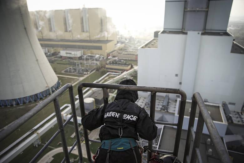 Łódzkie: Aktywiści Greenpeace spędzą noc na chłodni kominowej elektrowni Bełchatów. Domagają się od polityków odejścia od spalania węgla