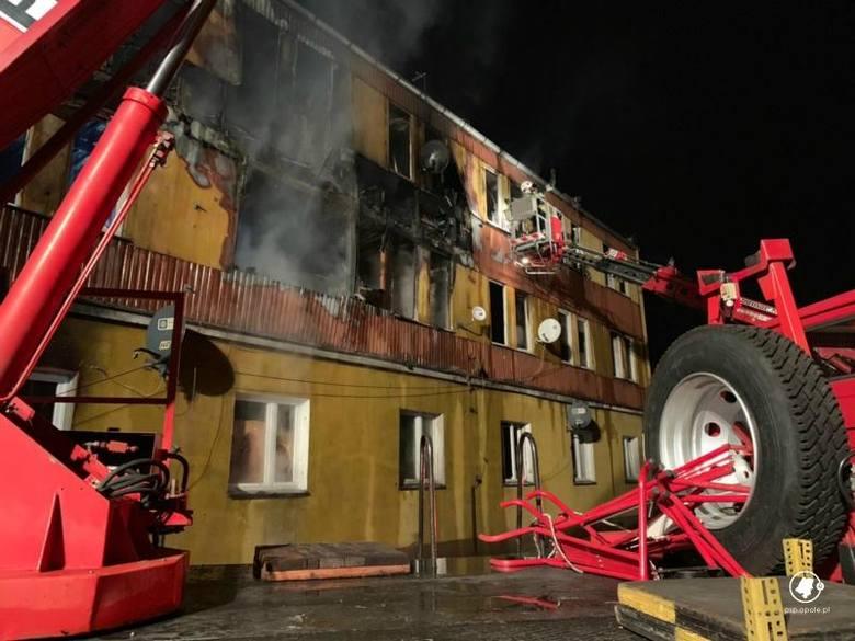 Opolskie: Pożar budynku socjalnego przy ul. Nowej w Zdzieszowicach. Ewakuacja 19 lokatorów [foto]