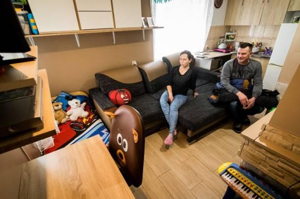 Trzyosobowa rodzina z Bydgoszczy mieszka na działce. Bez nadziei i wody