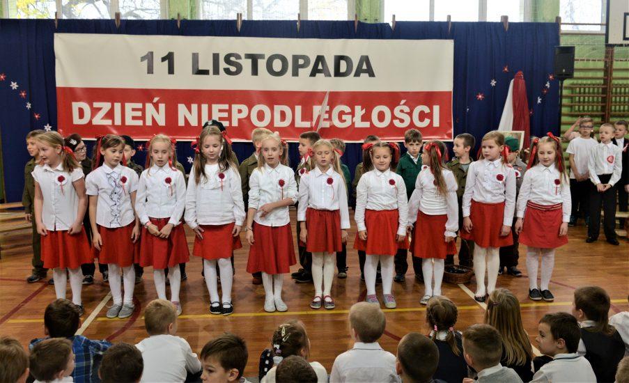 """Akcja """"Rekord dla Niepodległej"""".  W ponad 24 tysiącach szkół o godz. 11.11 uczniowie i nauczyciele śpiewali 4 zwrotki hymnu państwowego"""