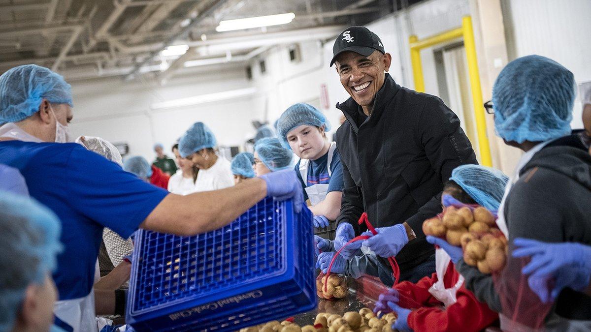Barack Obama pakował paczki żywnościowe w Chicago