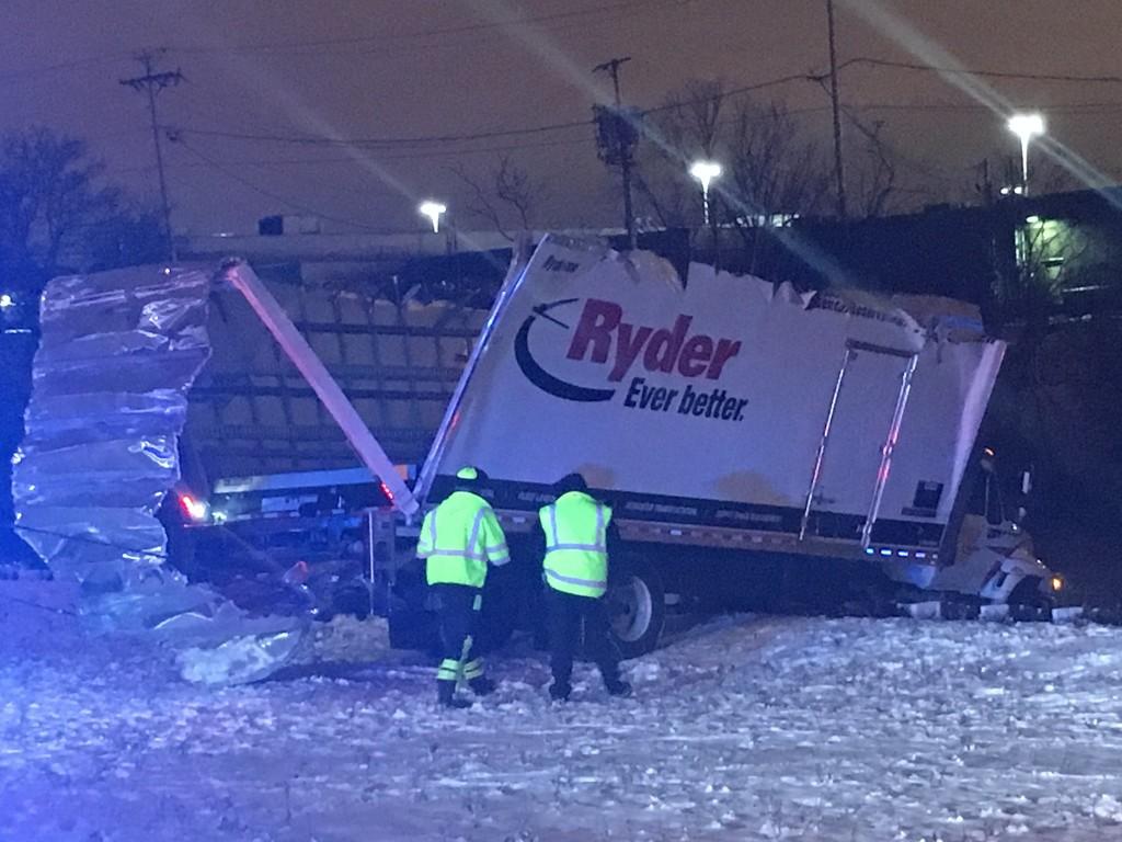 Ciężarówka zwisała nad rzeką Chicago