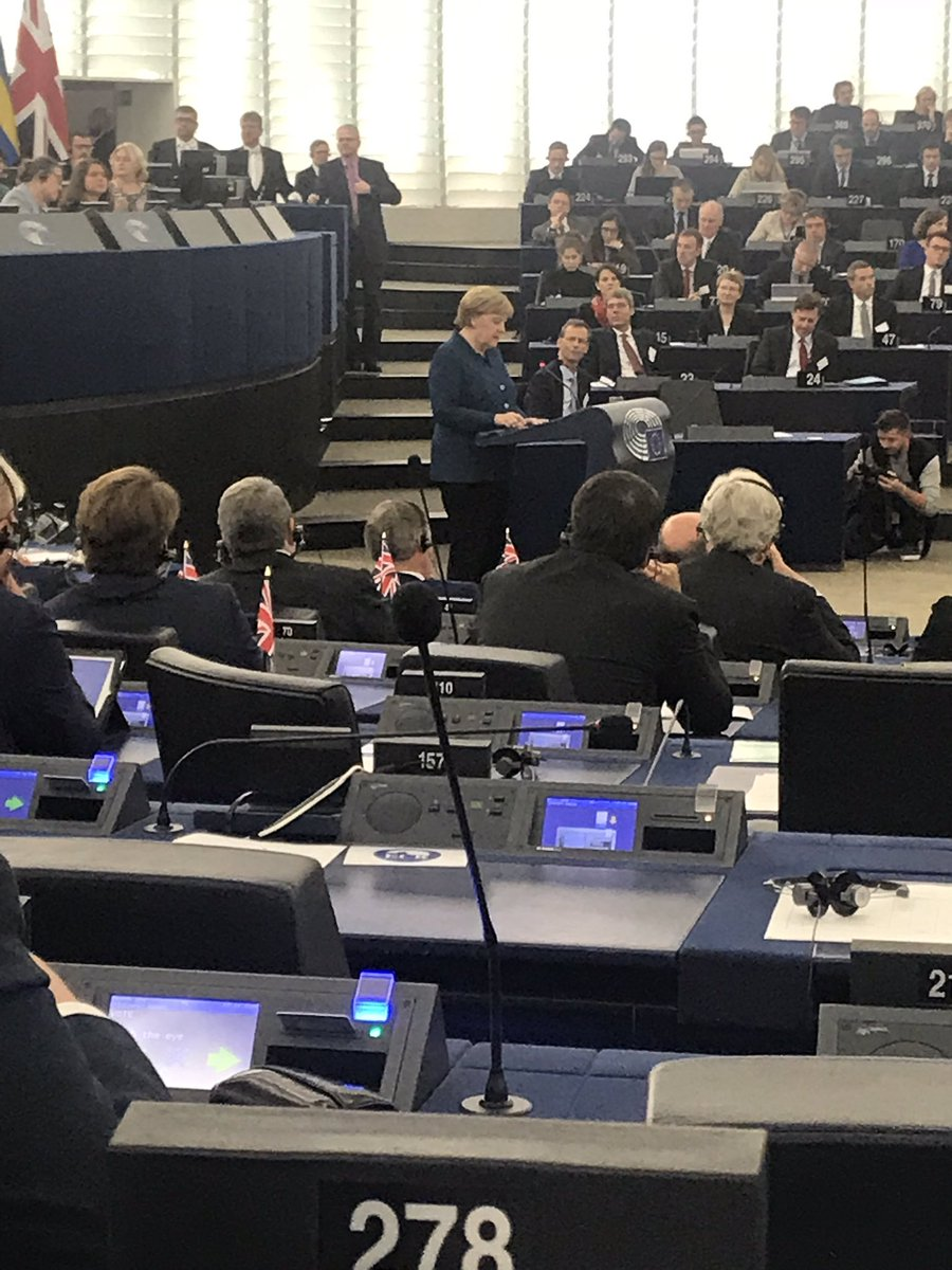 Strasburg: Kanclerz Angeli Merkel o przyszłości Europy. Po jej występie oklaski oraz okrzyki sprzeciwu