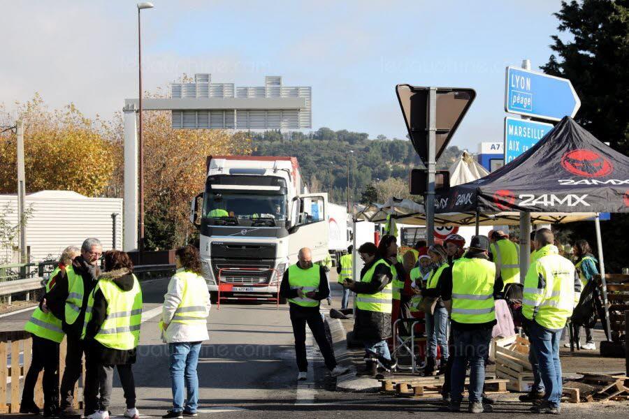 Francja: Żółte kamizelki nie ustępują i cały czas wychodzą na ulice. Policja aresztuje manifestantów