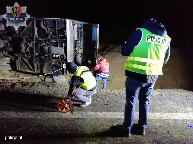 Wypadek autokaru na S3. Zginęła jedna osoba, a 26 osób zostało rannych. Przyczyna: Prawdopodobnie przekroczenie prędkości