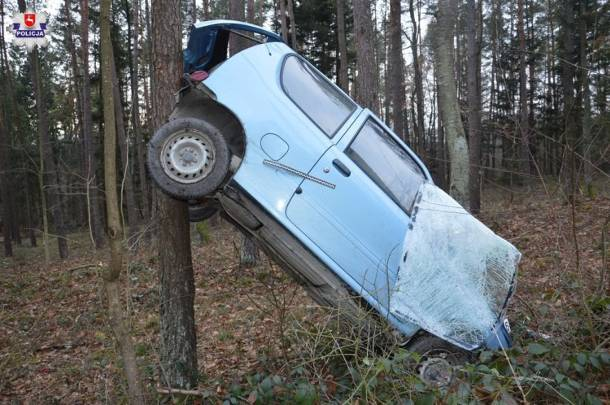 Lubelskie: Auto na drzewie. Tak potrafi tylko kobieta…