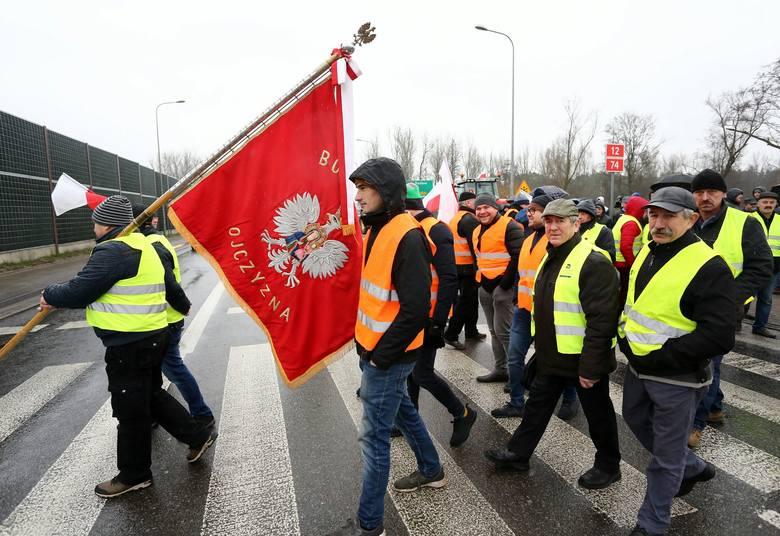 """Protest rolników na DK 12 pod Piotrkowem. """"Sytuacja producentów trzody chlewnej jest dramatycznao"""""""