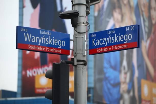 Dekomunizacja ulic w Warszawie anulowana. Ponownie wymienią kilkaset tablic za ogromną sumę pieniędzy!