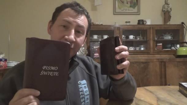 """Ksiądz z Poznania wydaje audiobooka. Ma służyć """"zaproszeniu ludzi do oddania Bogu sfery pieniędzy"""""""