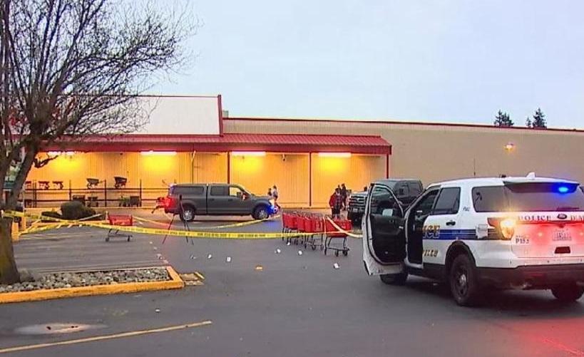 Uzbrojeni klienci otoczyli złodziei przed sklepem