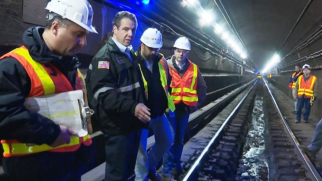 """Gubernator Nowego Jorku przeprowadzał inspekcję torów linii """"L"""""""