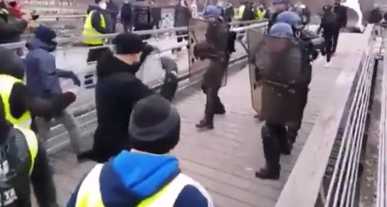 """Francja: Maleje mobilizacja tak zwanych """"żółtych kamizelek"""""""