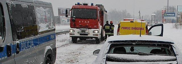 Śnieg zasypał drogi na Śląsku. Trudne warunki dla kierowców