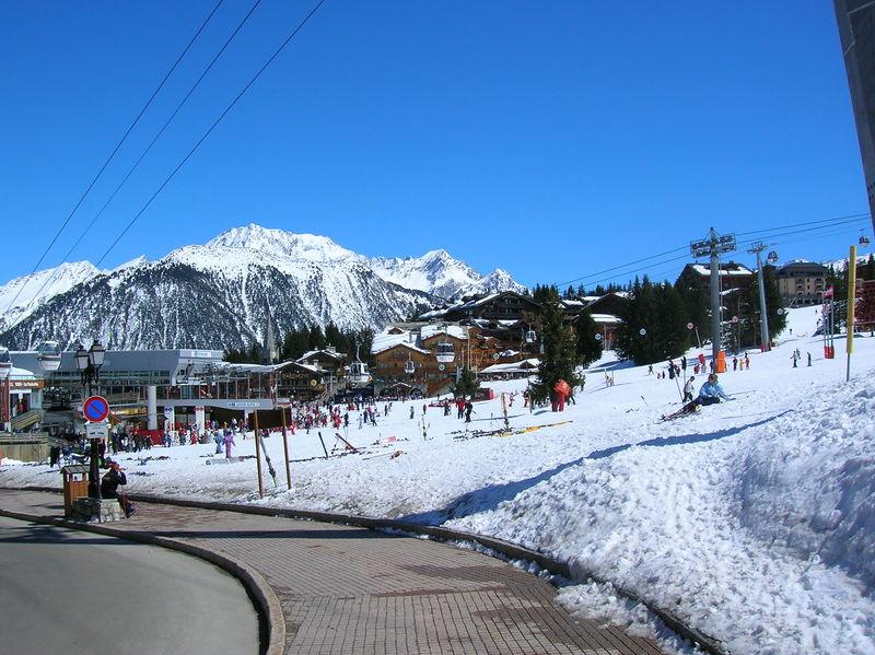 W pożarze w ośrodku narciarskim we francuskich Alpach zginęły 2 osoby, a 14 zostało rannych