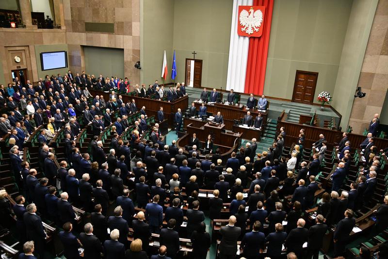 """Sejm przyjął uchwałę """"potępiającą nienawiść antykatolicką"""". Poparła ją część posłów KO, w tym Tomasz Kostuś"""