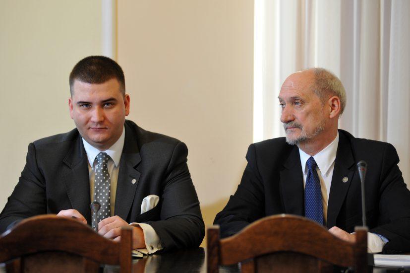 CBA zatrzymało 6 osób w sprawie Polskiej Grupy Zbrojeniowej. Wśród zatrzymanych jest były szef gabinetu politycznego MON Bartłomiej M.