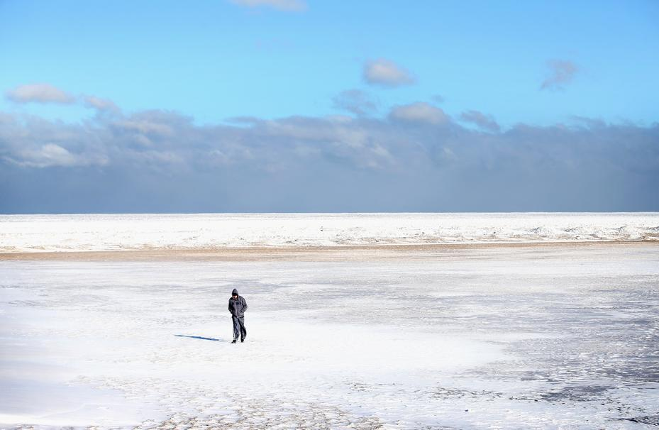 Mandat za spacer na zamarzniętym jeziorze Michigan