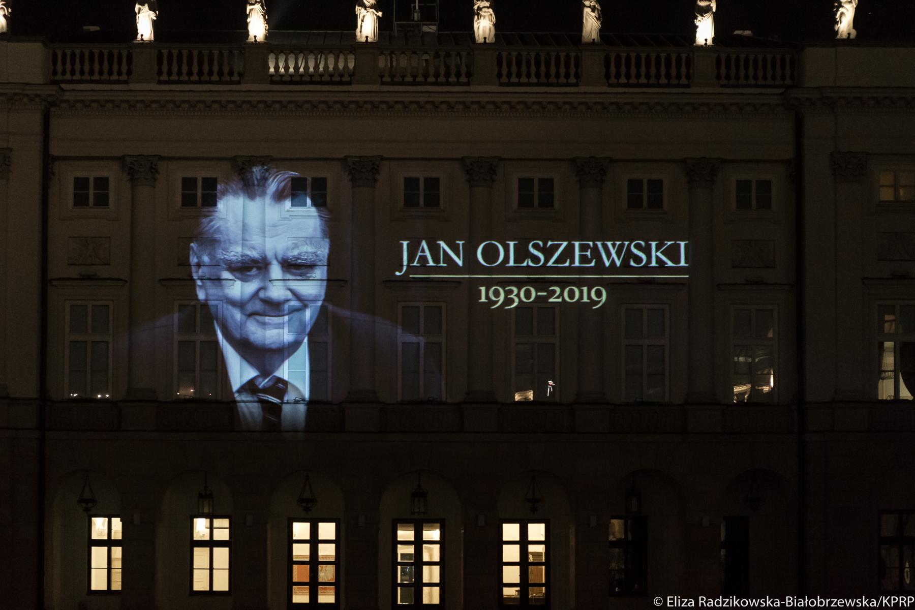 Na fasadzie Pałacu Prezydenckiego iluminacja upamiętniająca Jan Olszewskiego