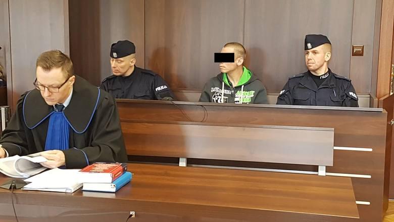 Bezdomni stanęli przed sądem za brutalne morderstwo. Ofierze nacięli krocze