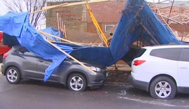 Porywisty wiatr zrywał dachy i niszczył samochody