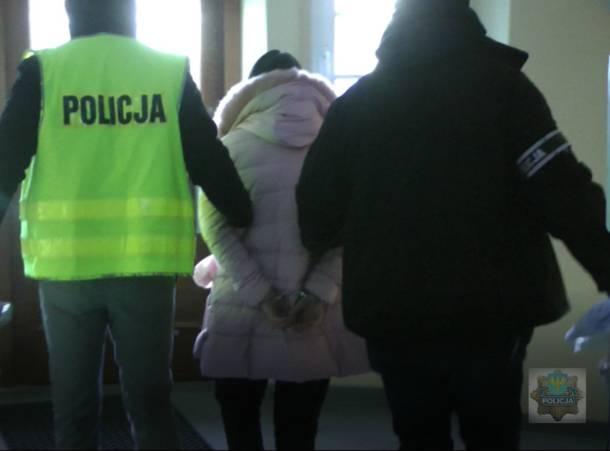 Opolscy policjanci zatrzymali 33-latka i jego 26-letnią partnerkę podejrzanych o szereg oszustw internetowych