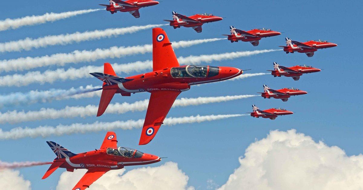 Brytyjska jednostka Red Arrows zaprezentuje swoje umiejętności na Chicago Air and Water Show