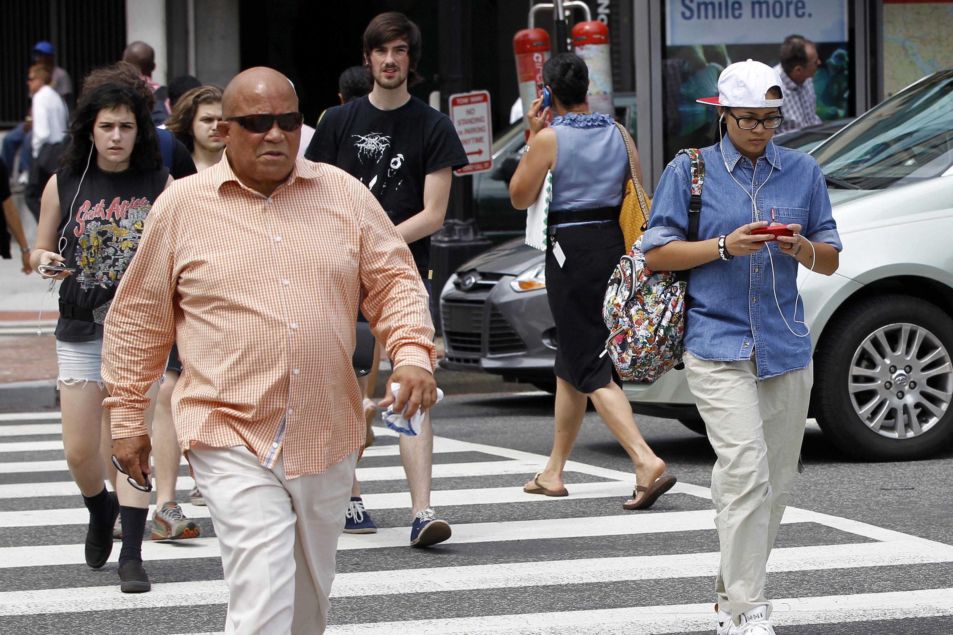 W Connecticut chcą karać pieszych przechodzących przez ulicę,  zajętych telefonami komórkowymi