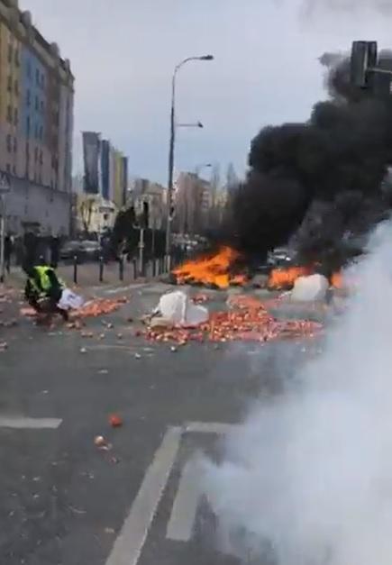 Warszawa: Protest rolników. Protestujący rozsypali worki z jabłkami na jezdni. Podpalili też słomę i opony. Są zatrzymani [WIDEO]
