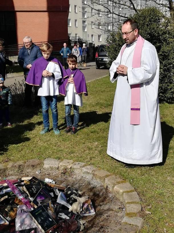 Gdańsk: Księża spalili książki z Harrym Potterem