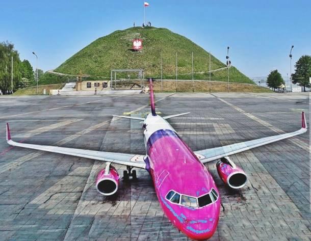 Samolot wylądował pod Kopcem Wyzwolenia w Piekarach Śląskich! Pilot pomylił to miejsce z lotniskiem…