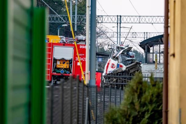 Tragiczny wypadek karetki na przejeździe kolejowym w Puszczykowie: Prokuratura bada, jak do internetu wyciekły zdjęcia zwłok lekarza i ratownika