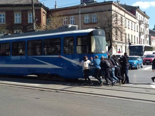 Kraków. Tramwaj nie mógł ruszyć dalej, więc pasażerowie go… przepchnęli