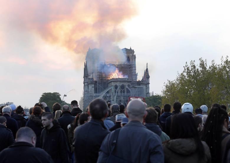 """Zniszczona katedra Notre Dame """"może obudzić uśpionych Francję i prezydenta kraju"""""""