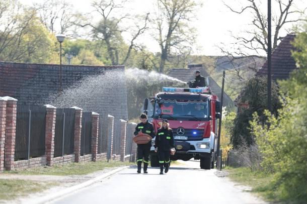 Strażacy w drugi dzień Świąt Wielkanocnych mają ręce pełne roboty. Polewają domy na szczęście