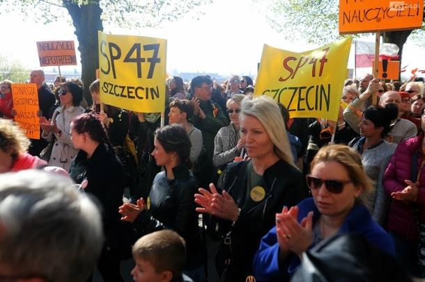 Szczecin: Nauczyciele i uczniowie na wspólnym manifeście przed Urzędem Wojewódzkim