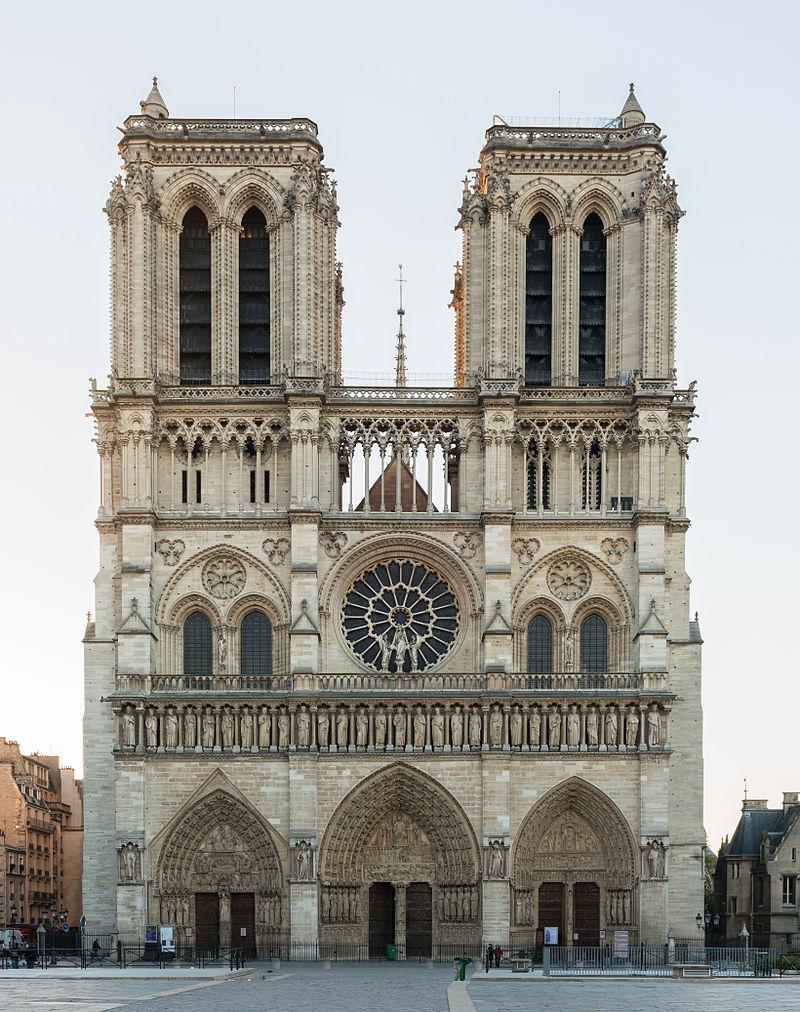 Francja: Nad Notre Dame budowany jest gigantyczny dach-parasol. Spodziewane są gwałtowne ulewy